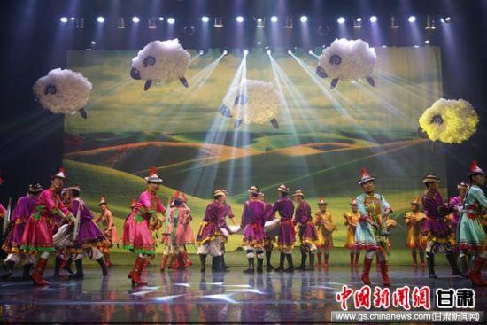 资料图。图为裕固族特色歌舞《打羊毛》。