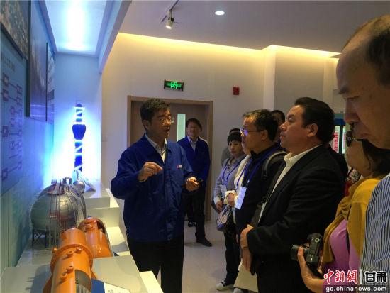 兰石集团总工程师陈建玉为华媒代表介绍兰石概况。史静静摄