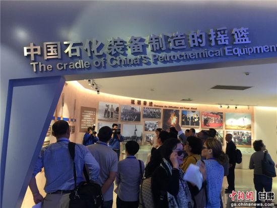来自世界五大洲16个国家和地区的20家华文媒体代表参观访问兰石集团。史静静 摄.jpg