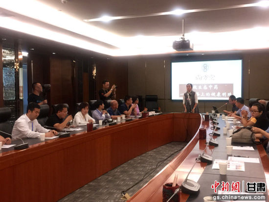 来自澳大利亚、法国、匈牙利、西非、日本等世界五大洲16个国家和地区的20余家华文媒体与尚方堂中药有限公司举行座谈会,聚焦甘肃省现代中药发展。