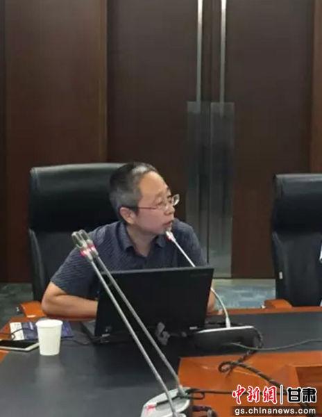 图为尚方堂中药有限公司总经理刘敬阁向华文媒体高层详细介绍了该公司在现代中药和大健康产品上的发展规划和布局。