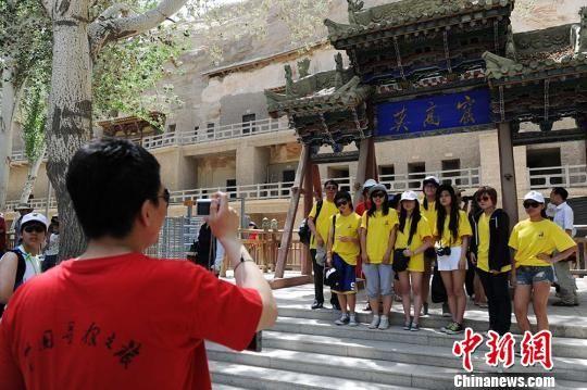 资料图:海外华裔青少年暑期参观敦煌莫高窟。 杨艳敏 摄