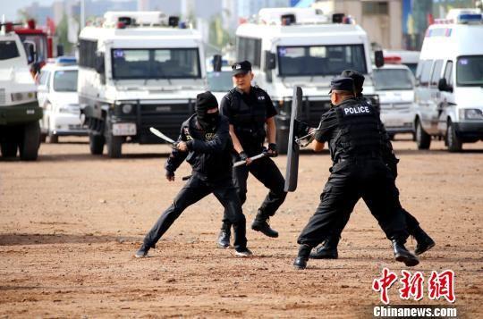 图为反恐队员进行暴恐分子刀斧砍杀案件处置演练。 张渊 摄