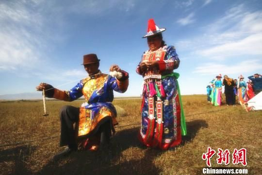2008年,裕固族服饰被列入国家级非物质文化遗产名录。 郎文瑞 摄