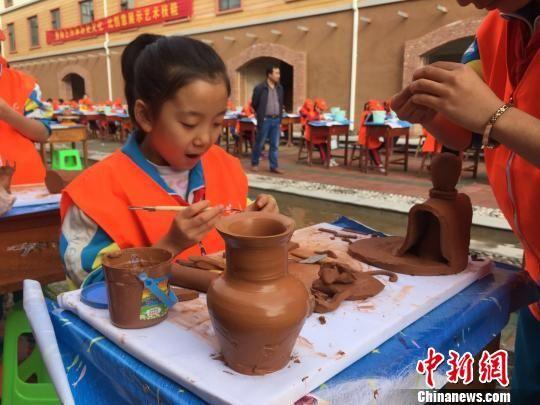 来自不同年龄段的陶艺爱好者在此间PK技艺。 徐雪 摄