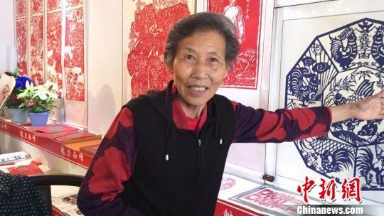 图为民间艺术大师金香莲则带着她最新创作的作品《五德教子》前来参展。 侯志雄 摄