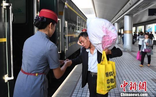 图为从兰州发往重庆的首趟列车。 杨艳敏 摄