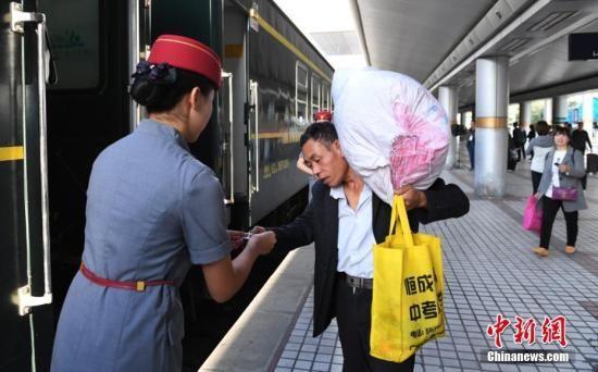 兰渝铁路上首趟开行的列车即将开行。杨艳敏 摄