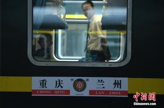 一小孩正在K4515次列车车厢内玩耍。陈超 摄