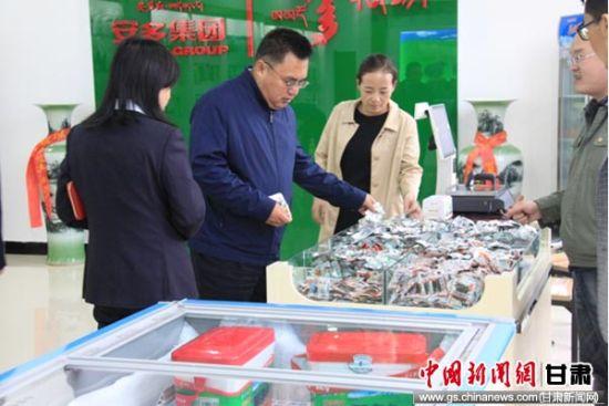 图为赵晓东在安多清真绿色食品有限公司调研。