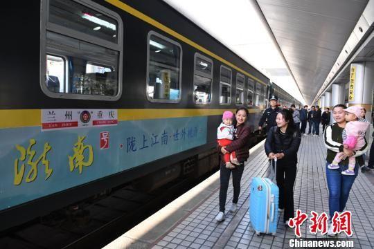 乘客乘坐兰州开往重庆的首发列车K4518车次出发(资料图)。杨艳敏 摄