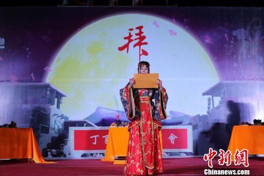 图为主祭于月光与烛光映照之中,向月诵祝。 吴莉 摄