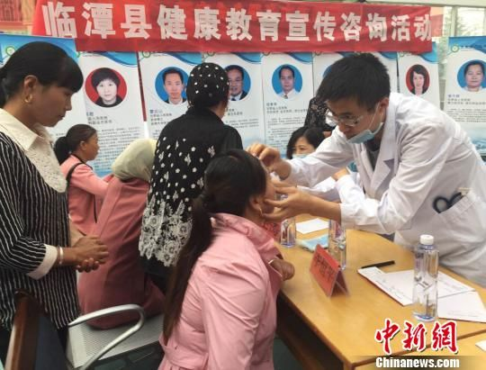 图为援藏医疗队在甘南藏族自治州临潭县义诊。 钟欣 摄