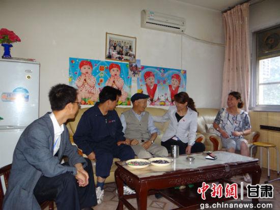 泾川县东街社区工作人员时常牵挂着辖区孤寡老人。