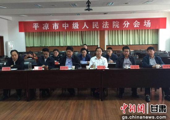图为平凉市政法委副书记李晓彤介绍当地政法工作开展情况。