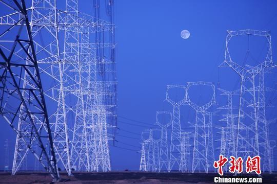 图为输送能源的甘肃电网。 秦铁飞 摄