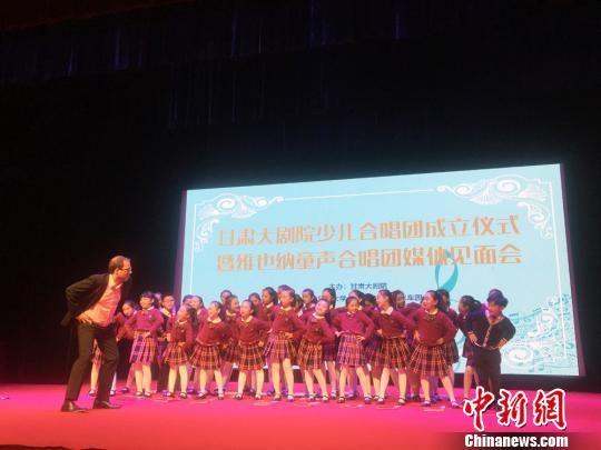 10月20日,维也纳童声合唱团指挥奥利弗对甘肃大剧院少儿合唱团首批团员进行了寓教于乐的指导。 徐雪 摄