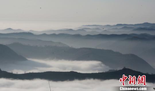 图为山间云雾缭绕。 雷金锋 摄