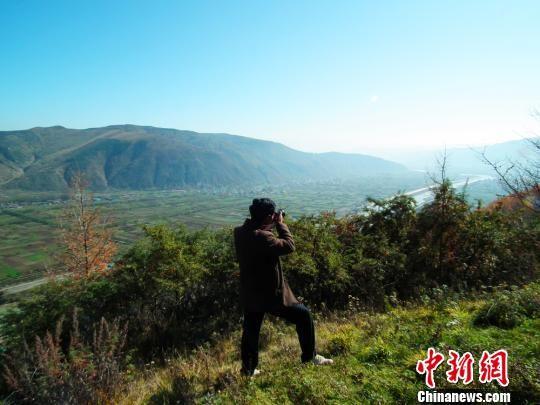 醉人的秋景惹得摄影爱好者拍照。 马万安 摄