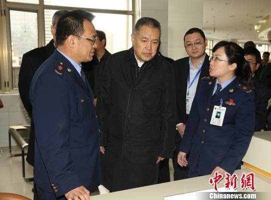 11月9日,国家工商总局党组书记、局长张茅一行在甘肃省兰州市调研市场监管机制创新工作。 史静静 摄
