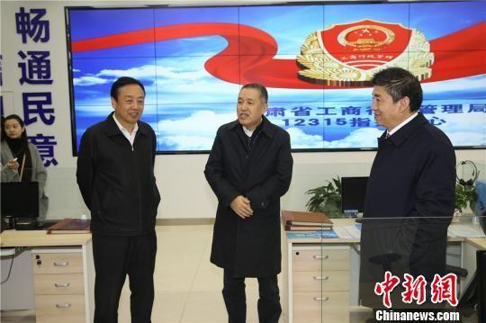 张茅一行在甘肃省工商局12315指挥中心调研商事制度改革推进工作。 史静静 摄