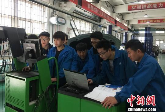 图为兰州石化职业技术学院学生研究汽车制造。 刘玉桃 摄