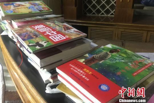 图为参加联谊的青年捐赠的图书。 刘玉桃 摄