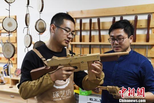 图为客人了解手工木艺作品。 杨艳敏 摄