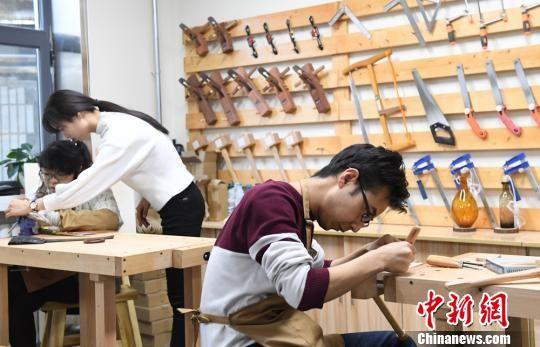 图为客人体验木工制作。 杨艳敏 摄