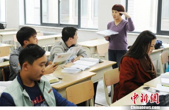 资料图:东干族学生在西北师范大学接受国际汉语言教育,还学习中国文化以及他们未来职业发展所需要的如旅游、经贸、商贸等课程。杨艳敏 摄