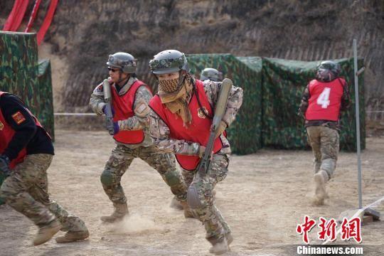 """11月18日至20日,第二届""""荣誉军团""""战术对抗联赛甘肃赛区比赛在兰州金龙山体育公园举行。 钟欣 摄"""