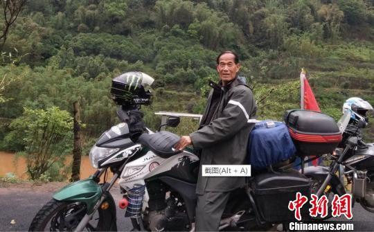 """骑车去""""大氧吧""""途中,郝学生与同伴在路边歇脚时所摄。受访人提供"""