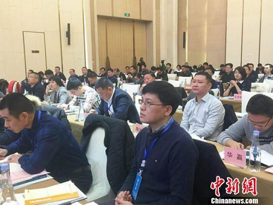 11月22日,甘肃举办2017年中国产权资本市场国有资本投资运营业务研讨会,来自中国产权协会及国有资本投资运营平台、央企及市州政府相关人员200多人参会。 闫姣 摄