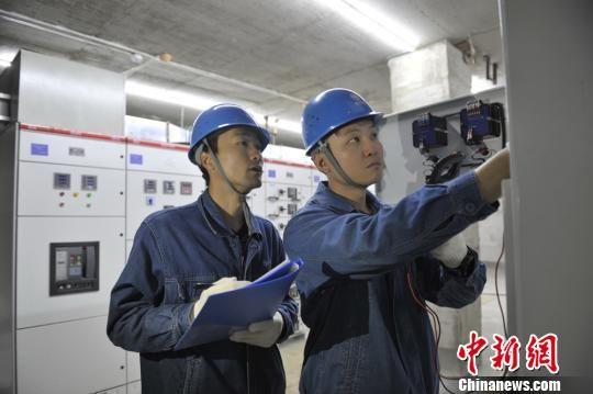 图为国网武威供电公司员工检查锦泰富房地产开发有限公司蓄冷蓄热设备。 王霞 摄