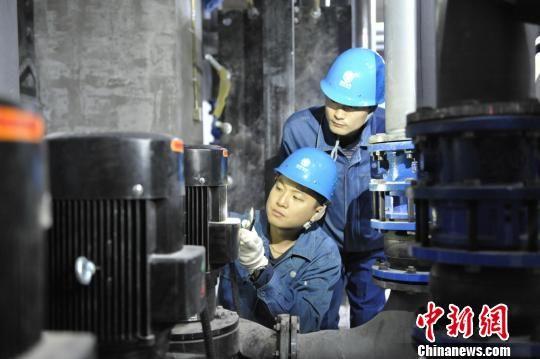 图为国网武威供电公司员工现场核定锦泰富房地产开发有限公司蓄冷蓄热设备容量。 王霞 摄