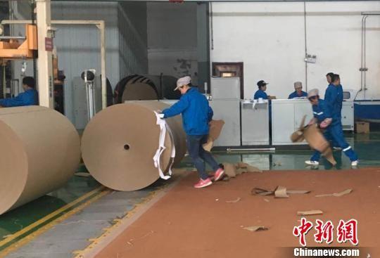 图为在兰州经济技术开发区红古园区,废纸再造生产出的成品纸卷。 张婧 摄