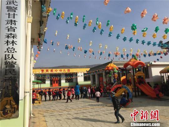 图为曾经被列入甘肃省扶贫重点项目村的临夏寺庄村唯一一所幼儿园,由武警甘肃森林总队帮扶建成,实现了农村孩子在家门口就能免费上幼儿园。 史静静 摄