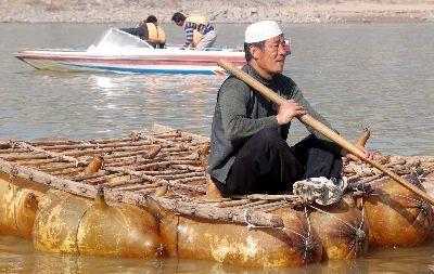 资料图:古老的水上交通工具羊皮筏子