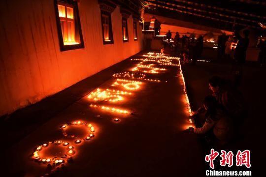 图为民众点灯祈福。 武雪峰 摄