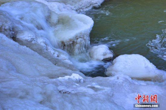 流水成冰。 武雪峰 摄