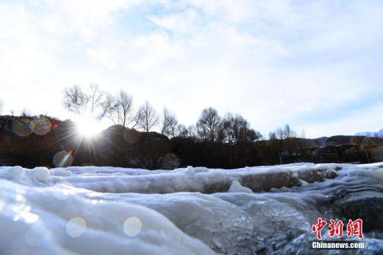 阳光下璀璨晶莹的冰瀑。 武雪峰 摄
