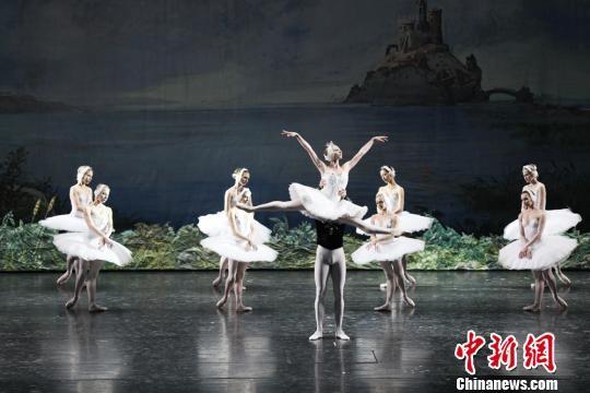 图为古典芭蕾舞剧《天鹅湖》剧照。 张玉学 摄