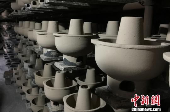 图为手工制作的砂器。 刘玉桃 摄