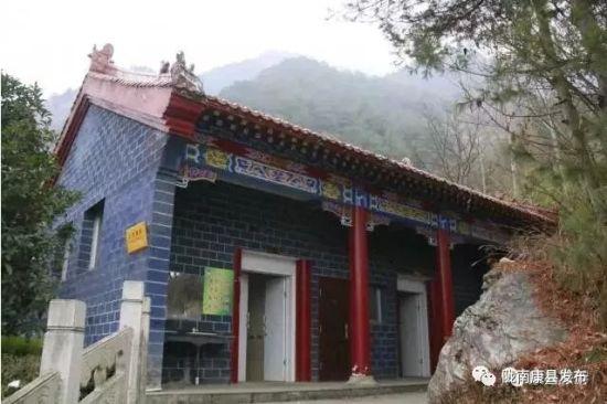 图为陇南康县白云山景区公厕。