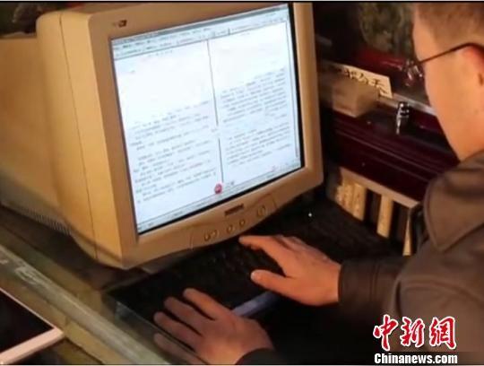 肖军原先一直用笔写文章,后来堂弟赠送给他一台旧电脑,能够更方便地录入文稿了。 钟欣 摄