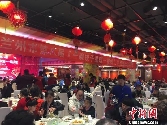 图为活动现场大家同吃水饺。 钟欣 摄