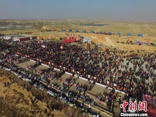 12月22日,航拍镜头下的甘肃丝路小城山丹5万人共吃大锅饭过冬至。 杨艳敏 摄