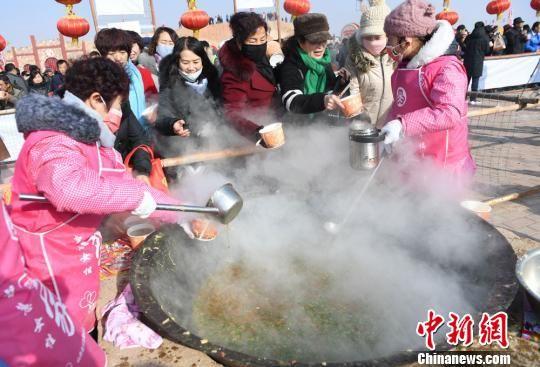 """12月22日,山丹民众享用冬至大餐""""牛娃子饭""""。 杨艳敏 摄"""
