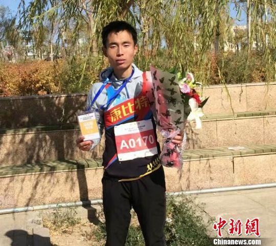 资料图:现就读于西北师范大学体育学院的大二学生邱旺东,多次参加马拉松,并屡屡夺冠。受访人提供