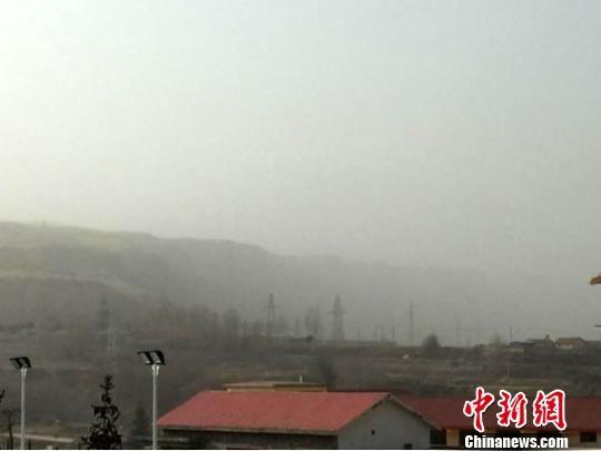 28日上午,甘肃张掖市肃南县境内出现浮尘,天空昏黄,空气质量较差。 徐延欣 摄